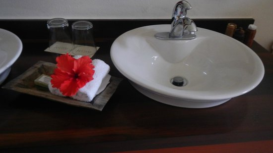 Ka'ana Resort: Greeted by flowers throughout the room and bath