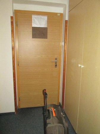 Hotel Esprit Prague: Entrada do quarto e roupeiro