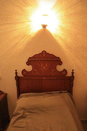 Hotel Gaya: Кровать в номере