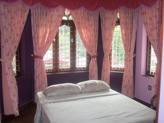 Nature Inn Airport Luxury Homestay - Chirangara: BED ROOM