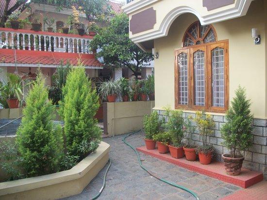 Nature Inn Airport Luxury Homestay - Chirangara: GARDEN AREA NATURE INN