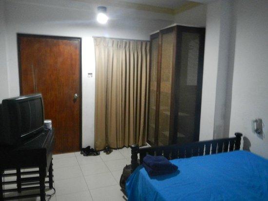 Skyways Inn: room 1