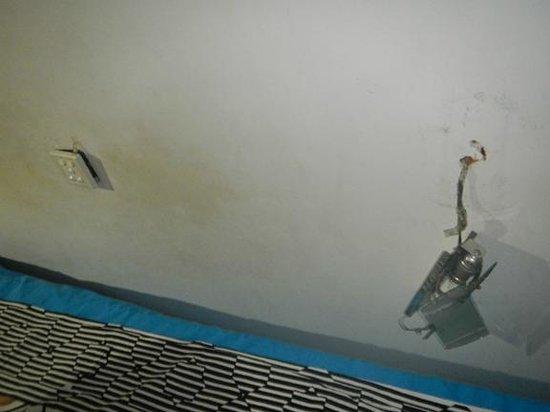 Skyways Inn: broken