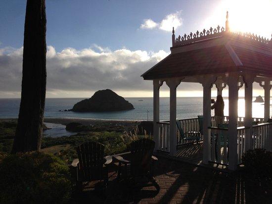 The Elk Cove Inn & Spa: Gazebo overlooking the secluded beach