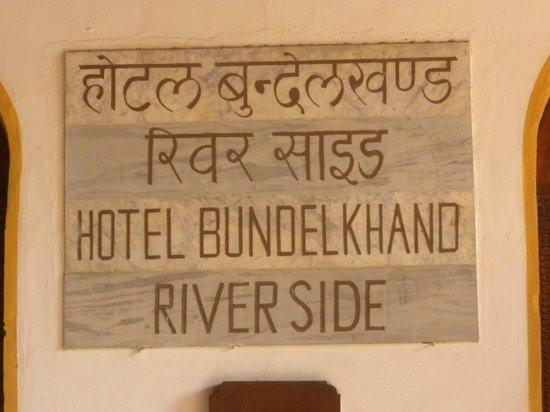 Bundelkhand Riverside: insegna