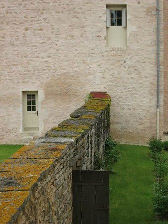 Le Manoir Equivocal : The side of the manor
