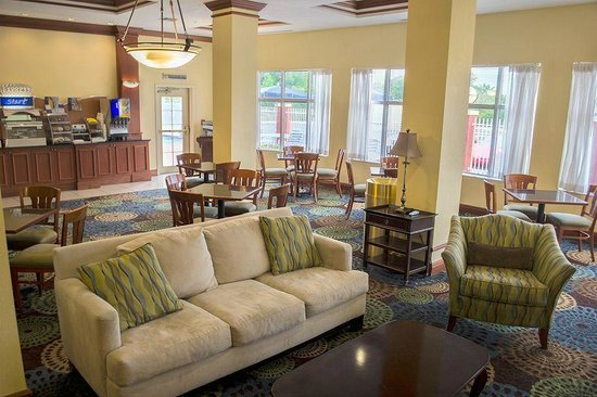Holiday Inn Express Tampa Fairgrounds: Dining area and sitting room