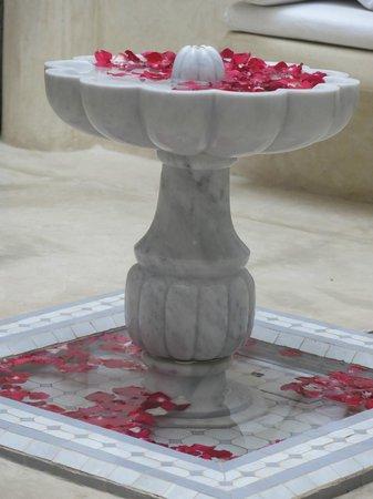 Riad Tawargit: fontaine du patio