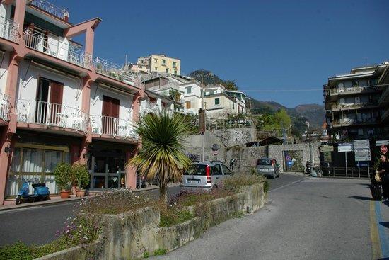 hotel europa: la curva della Costiera Amalifitana attorno all'hotel
