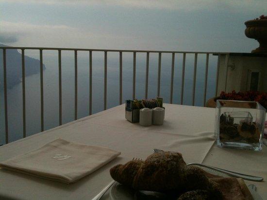 Hotel Villa Fraulo : Eating breakfast on the terrace - unforgettable