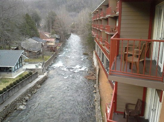Baymont Inn & Suites Gatlinburg On The River: balcony view to right