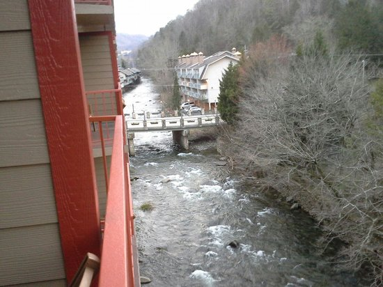 Baymont Inn & Suites Gatlinburg On The River: balcony view to left