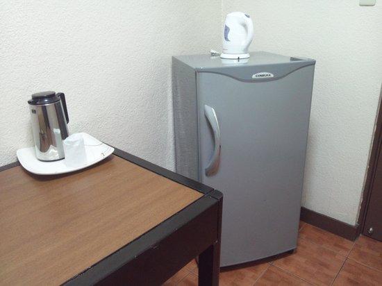Rothman Hotel: 冷蔵庫、電気ケトル