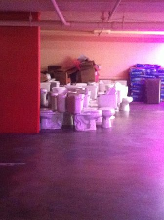 Stanford Terrace Inn: Sea of toilets in the parking garage?
