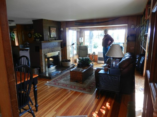 Hoedel's Homestead Cottage: A beautiful living area with an incredible view!