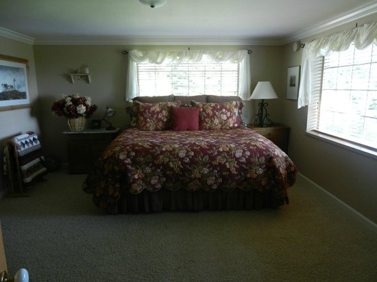 Hoedel's Homestead Cottage: Huge bedroom with a very comfy king size bed