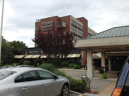 The Four Points by Sheraton Norwood Hotel & Conference Center : Front of hotel with restaurant