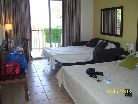 PortAventura Hotel Caribe: Habitación superior del edificio HAITI, con cama muuuuy amplia