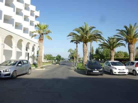 Mitsis Faliraki Beach Hotel & Spa: walking out reception