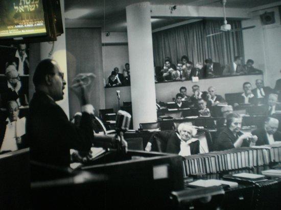 The Menachem Begin Heritage Center Museum: M.BEIGUIN HABLANDOLE AL PARLAMENTO