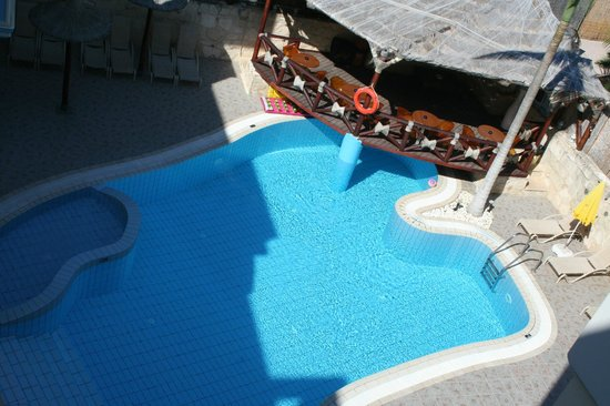 Michalis Apartments : Recreation area by the pool