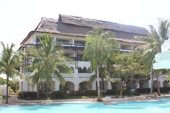 Southern Palms Beach Resort: batiment avec vue sur piscine