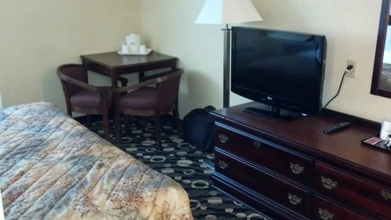 Baymont Inn & Suites Branford / New Haven : TV and Corner Table, No Desk