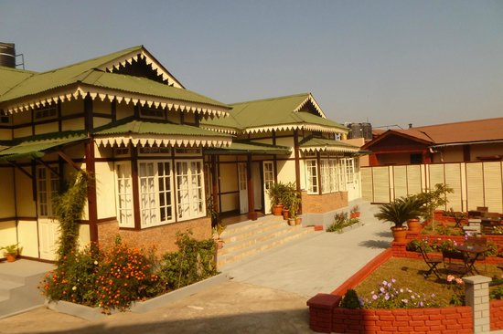 Cafe Shillong Bed & Breakfast: Lovely morning, exclusive guest grounds