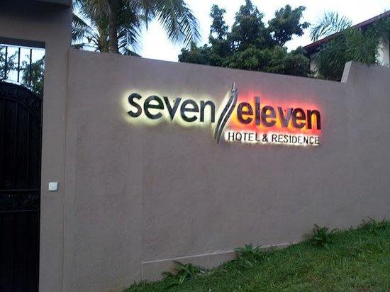 Seven Eleven Hotel & Residence: Entrance