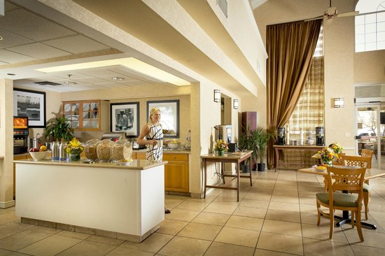Red Lion Inn & Suites Tempe: Lobby/Breakfast Buffet Area