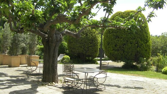 Baumaniere les Baux de Provence: Gardens and patios are a dream at the lovely hotel