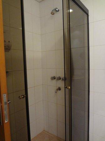 Hotel Bristol: Box p/banho.Excelente. A outra parte do banheiro tb é ótima. Toalhas muito limpas e branquinhas.