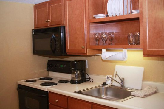 Gatehouse Suites East Lansing: Kitchen in Suites
