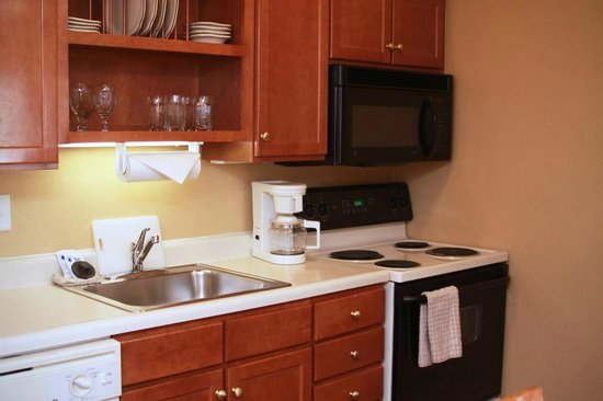 Gatehouse Suites East Lansing: Kitchen Area in Suite