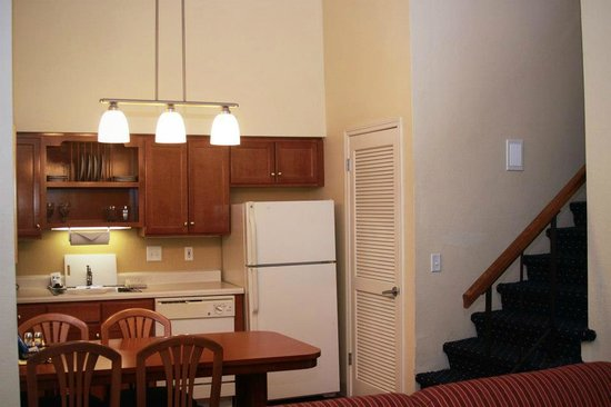 Gatehouse Suites East Lansing: Penthouse Kitchen and Dining area