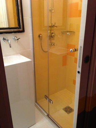Hotel Crayon by Elegancia : O box do banheiro! Pequeno mas o cheveiro é ótimo!
