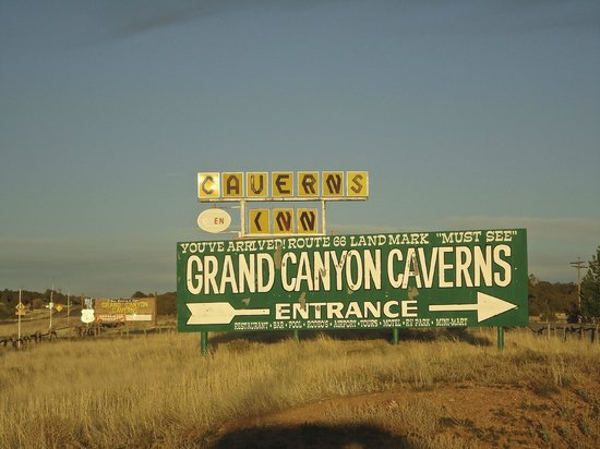 Grand Canyon Caverns Inn: Sign from Rt. 66