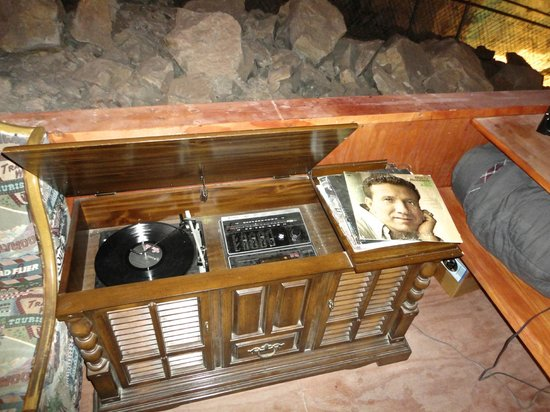 Grand Canyon Caverns Inn: Old stereo that I somehow overlooked during our stay