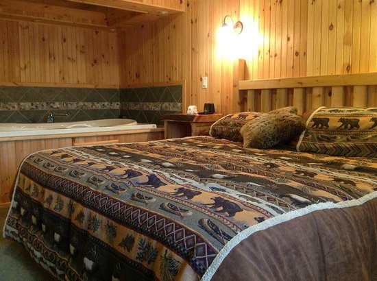 Vacationland Inn: King size bed and Hot Tub