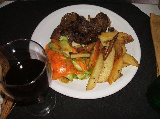 Manantial Restaurant: Carne de cordero con torre de verduras y papas rústicas asadas