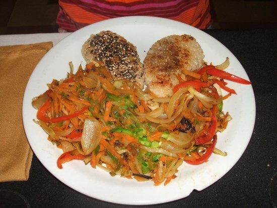 Manantial Restaurant: Torrejas rellenas, con semillas sésamo y lino, y verduras al wok