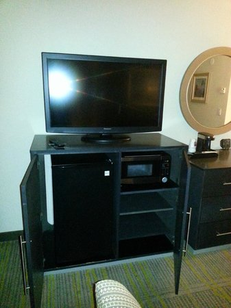 Comfort Suites Miami Airport North: TV, Microwave and Refrigerator