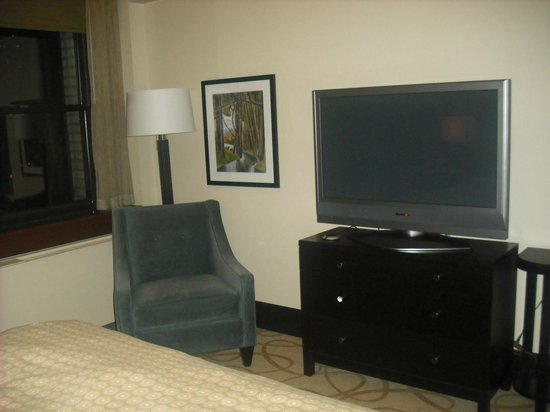Inn at the WAC: tv, chair