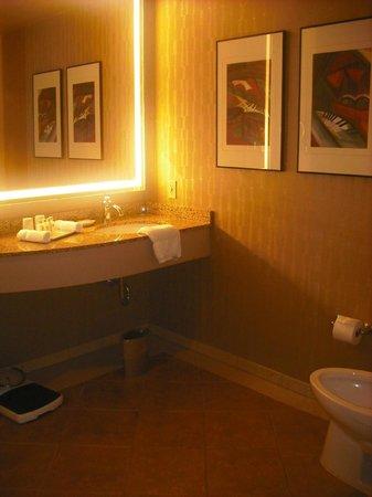 Madison Hotel: Big Bathroom
