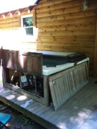 Hillbilly Haven Log Cabin Rentals: what our hot tub looked like when we arrived .... old and shot.