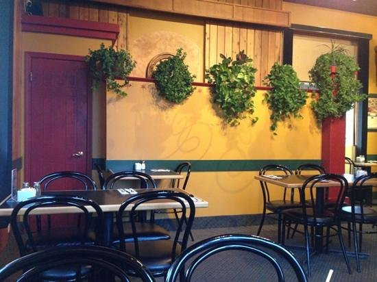 Daddyo's Pizza & Ribs : i think it would do them best if they take the plastic plants off the wall