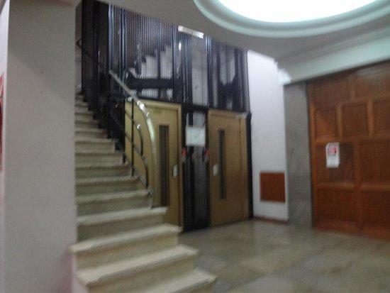 Hotel Suites Catalinas: Foto que mostra pelo espelho a porta interna que faz divisão c/o quarto ao lado. O nosso era o 2