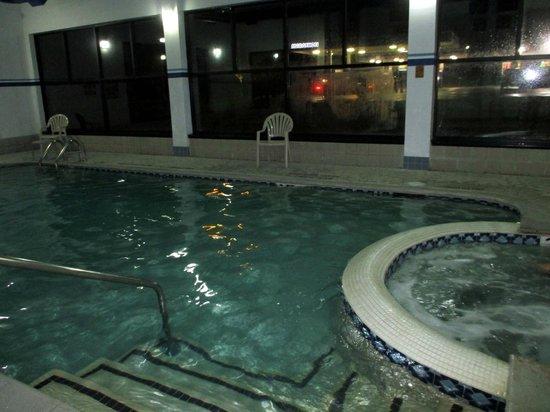 Baymont Inn & Suites Flat Rock: Pool and hot tub