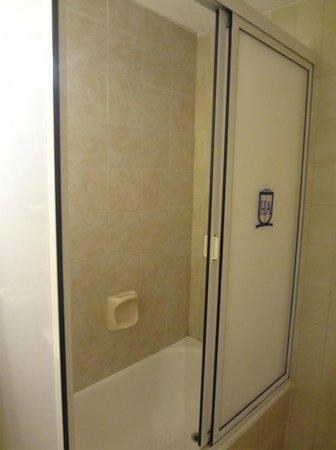 Hotel Avenida: Box p/banho com banheira e chuveiro. Excelente!