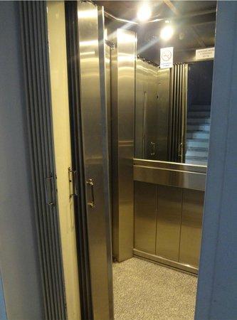 Hotel Avenida: Vista do elevador. Luxuosinho. A falta de ar condicionado desqualifica completamente este tão be